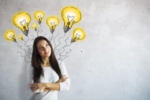mulher-pensando-lampadas-acesas
